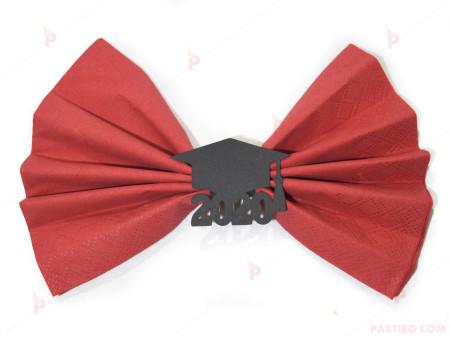 Салфетка в червено с черна абсолвентска шапка и година